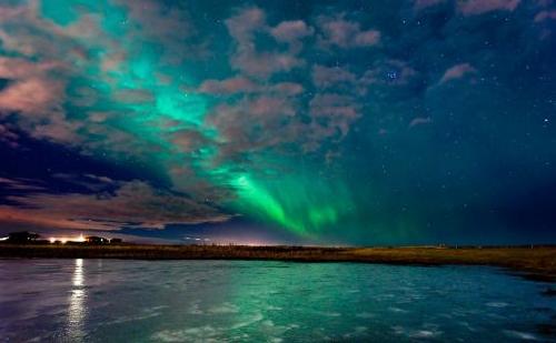 冰岛壮观北极光 薄云交织映峡湾