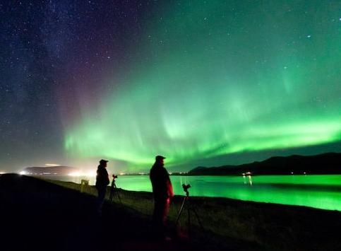 哈尔福奥尔峡湾,摄影师们在数码相机聚光时耐心等待,他们的眼前是大幕